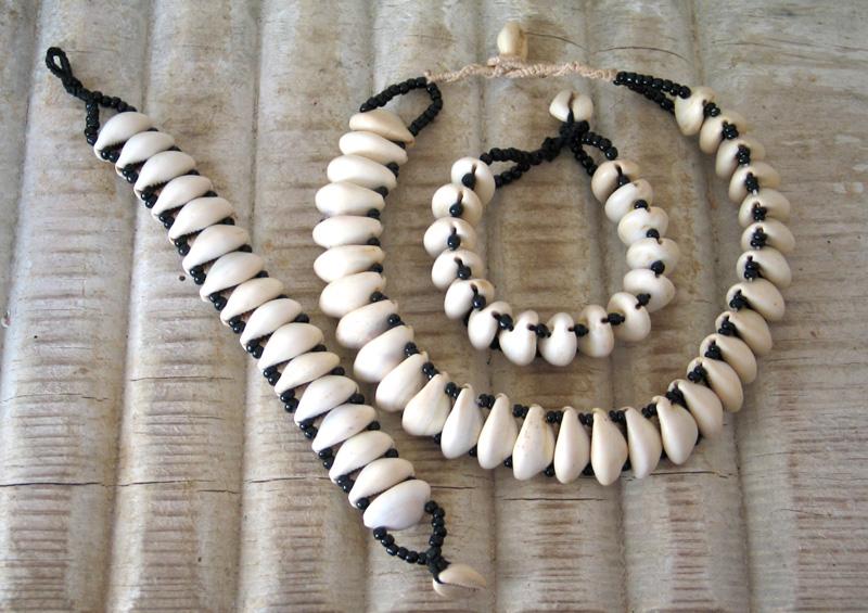 collier et bracelet en cauris dans une rang e africaialha. Black Bedroom Furniture Sets. Home Design Ideas