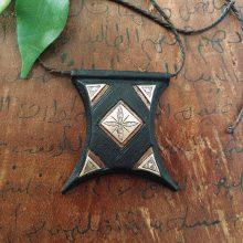 Amuleto Tuareg de cuero y metal.