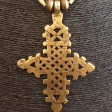 Collar cruz etíope dorada grande